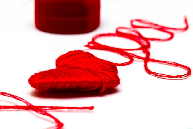 Te amo palavras e símbolo do coração feito de linha vermelha isolada para o seu dia dos namorados