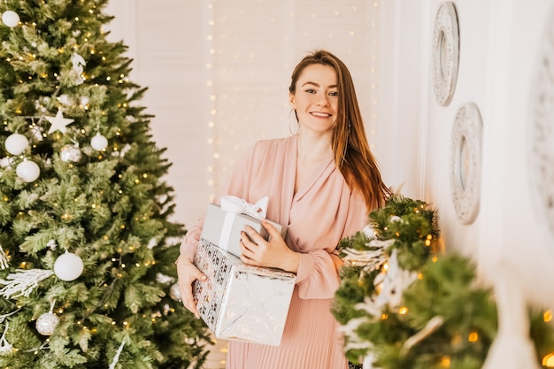 Te desejo um feliz natal. menina com um presente apresenta. sentimento de feliz ano novo.