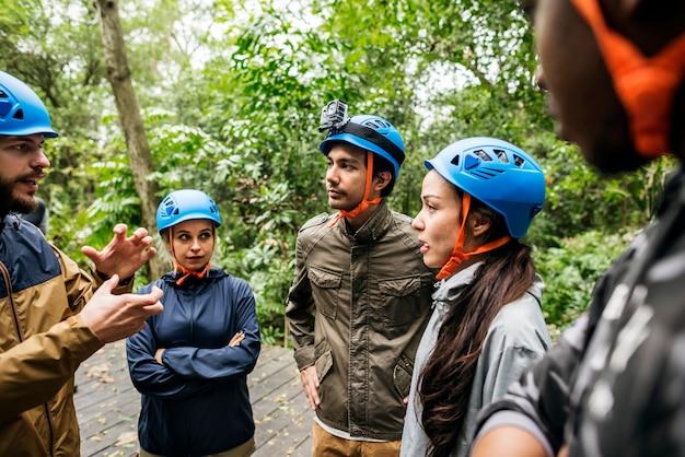 Team building ao ar livre na floresta