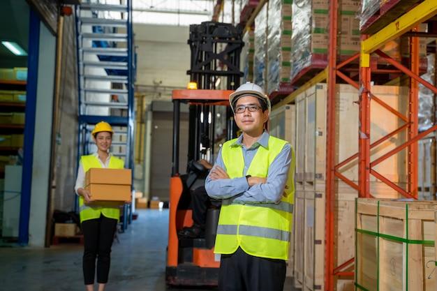 Team trabalhadores de armazém em armazém com gerentes trabalhando no grande armazém, atacado, logística, pessoas e conceito de exportação.