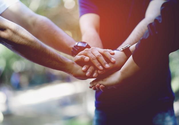 Teamwork e unity teamwork, handshaking na equipe team concept