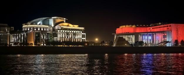 Teatro nacional e museu ludwig iluminados à noite em budapeste