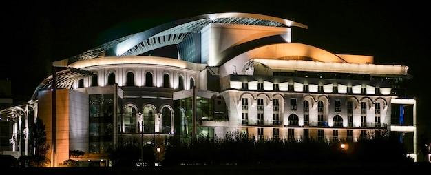 Teatro nacional iluminado à noite em budapeste