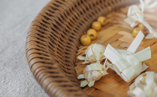 Tecer peixe carpa de estilo tailandês artesanal e ferramentas na cesta