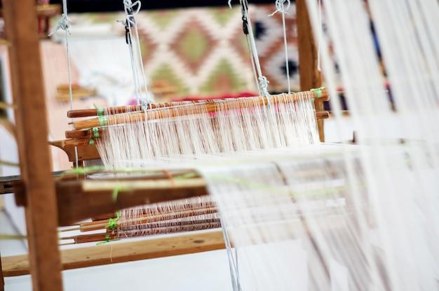 Tecer têxteis pela sabedoria local tailandesa.