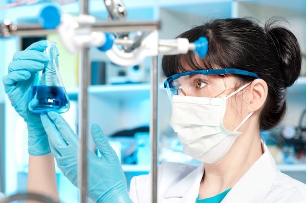 Tech trabalha em laboratório químico
