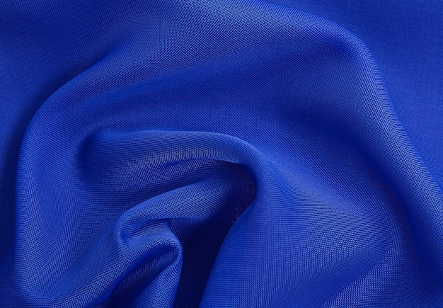 Tecido azul amarrotado com luz de fundo transparente e arejado com textura de tecido transparente