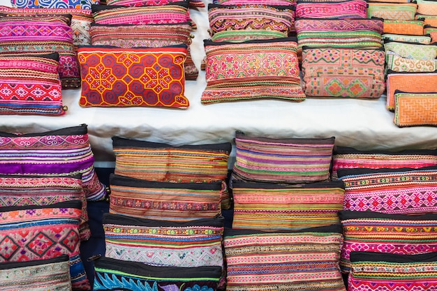 Tecido colorido estilo tailandês no mercado, tailândia