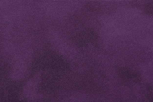 Tecido de camurça fosco roxo escuro. fundo de textura de veludo