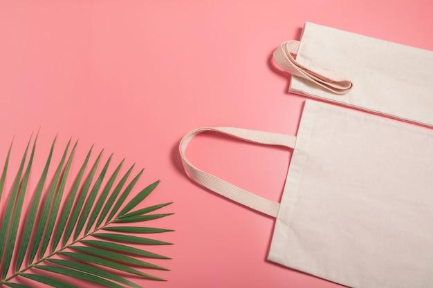 Tecido de canvas sacola branca. maquete de saco de compras de pano com espaço de cópia.