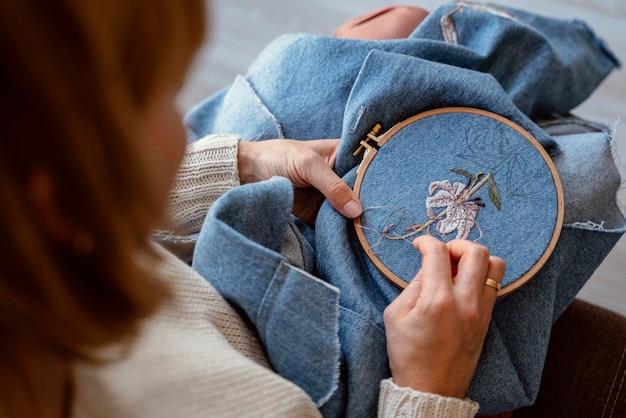 Tecido de close-up e processo de costura