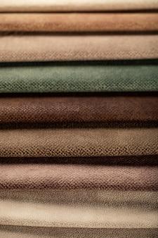 Tecido de couro de alfaiataria marrom e verde no catálogo