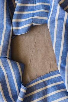 Tecido de listras azul e branco, formando o quadro