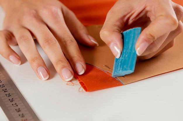 Tecido de marcação à mão em close-up