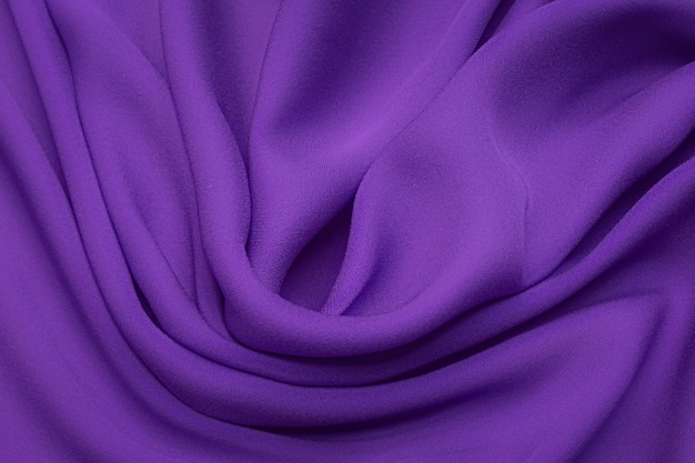 Tecido de seda crepe de chine de cor lilás em layout artístico. textura, plano de fundo. modelo.