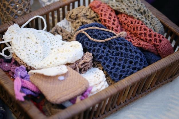 Tecido de tricô na cesta.