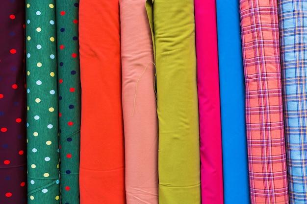 Tecido multicolor em uma fileira. fundo de textura de tecido colorido