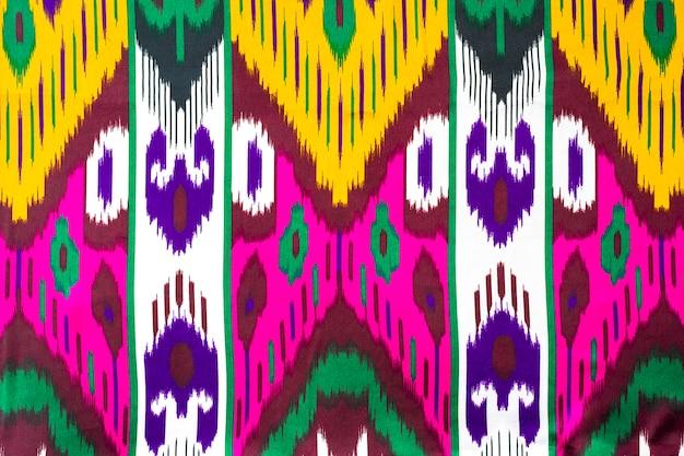 Tecido tradicional uzbeque tradicional, o khan atlas é feito de casulos uzbeques de bicho da seda