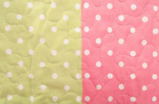 Tecido verde e rosa de bolinhas