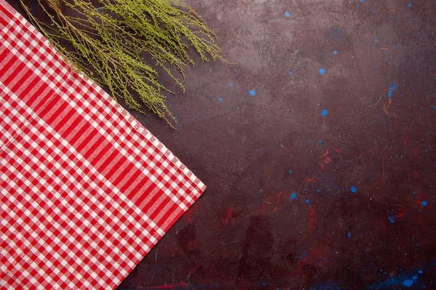 Tecido xadrez vermelho de vista superior em fundo escuro de foto de cor