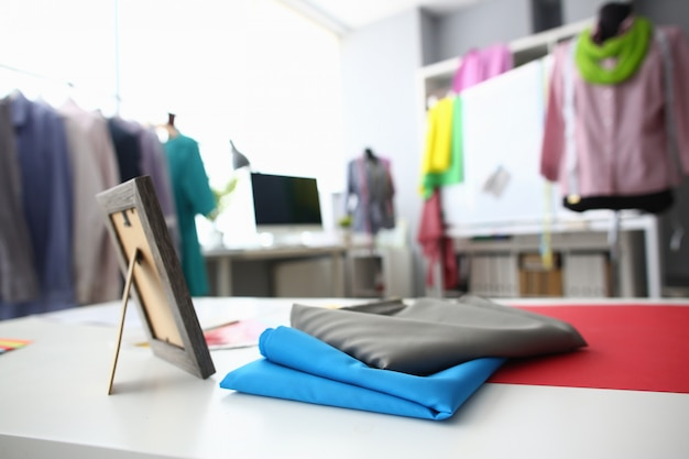 Tecidos coloridos, deitado na oficina de costura vazia