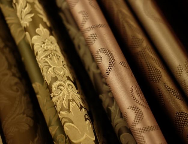 Tecidos coloridos na loja. fechar-se