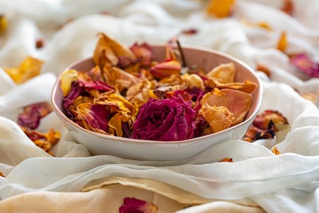 Tecidos de seda e flores secas vista superior