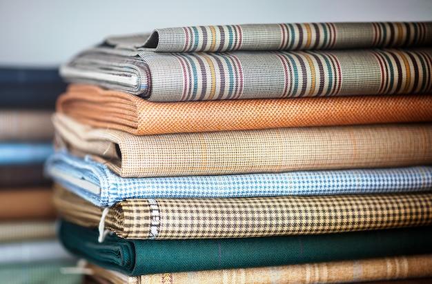 Tecidos dobrados em uma pilha organizada