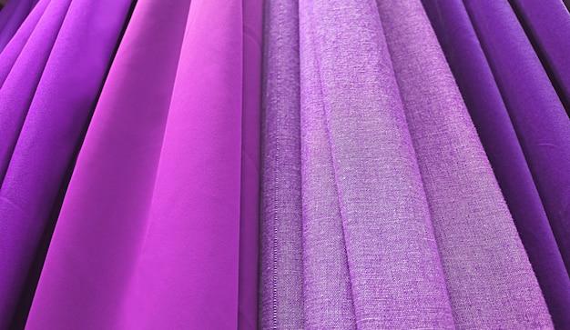 Tecidos em tons de roxo gradiente e magenta