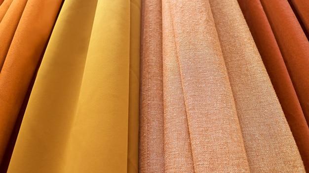 Tecidos em tons luxuosos de ouro e marrom