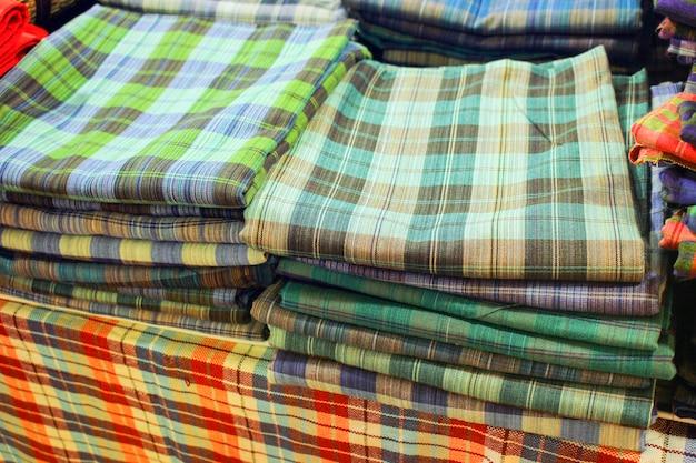 Tecidos feitos à mão em várias cores, empilhados juntos