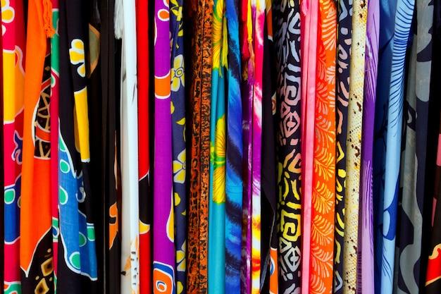 Tecidos indianos coloridos em uma fileira
