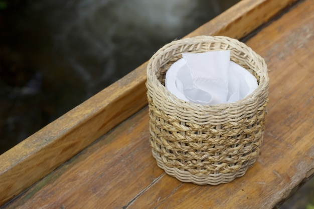 Tecidos na mesa de madeira