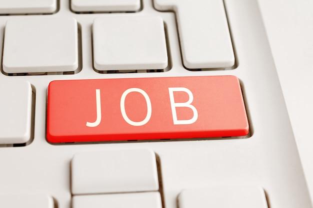 Tecla de teclado de computador com o trabalho de inscrição, busca de emprego pela internet, entrevista on-line, trabalho remoto, freelance, desemprego em crise