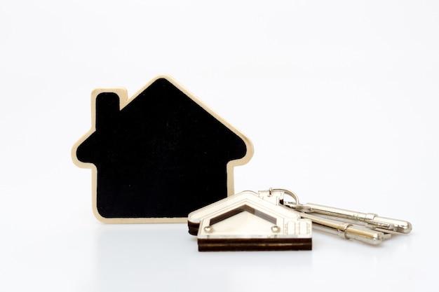 Tecla home na tabela. conceito de negócios imobiliários.