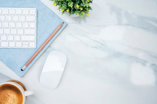 Teclado branco da vista superior na tabela de mármore.