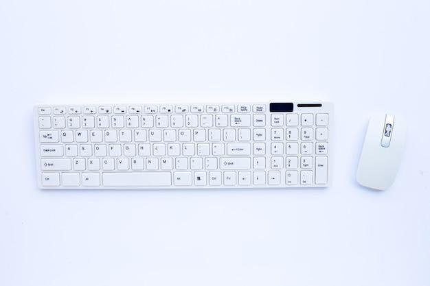 Teclado branco do computador e mouse na superfície branca