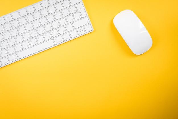 Teclado branco e mouse em amarelo