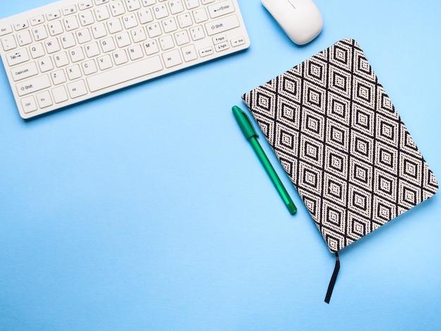 Teclado, caderno e caneta. conceito de escrita