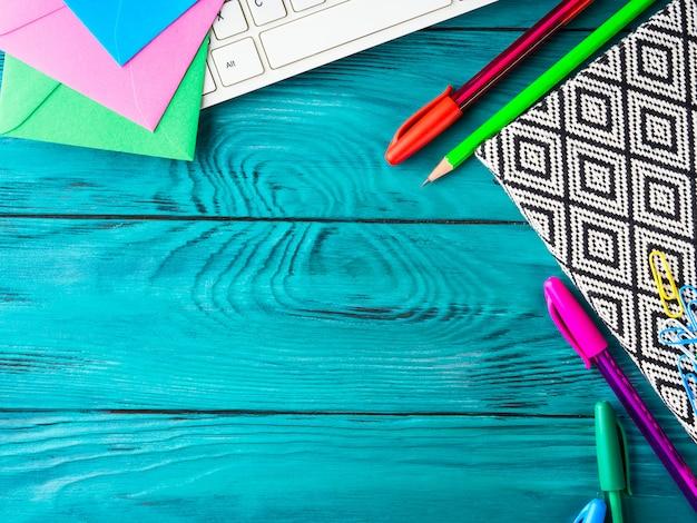 Teclado colorido das ferramentas da escrita da escola dos artigos de papelaria