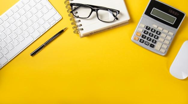 Teclado com calculadora e bloco de notas amarelo