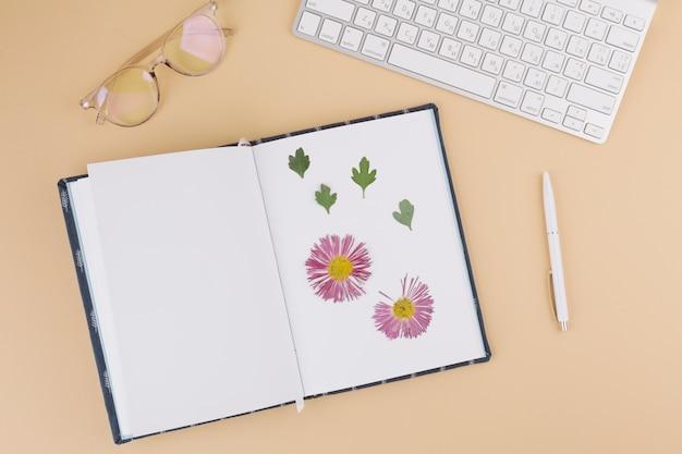 Teclado com herbário no caderno