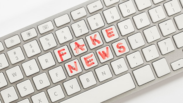 Teclado com notícias falsas