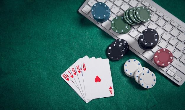 Teclado de computador, cartas de jogar e fichas. casino online