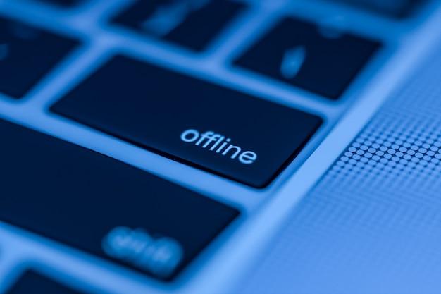 Teclado de computador com botão offline pronto para ser pressionado