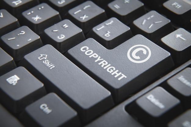 Teclado de computador com uma palavra copyright.