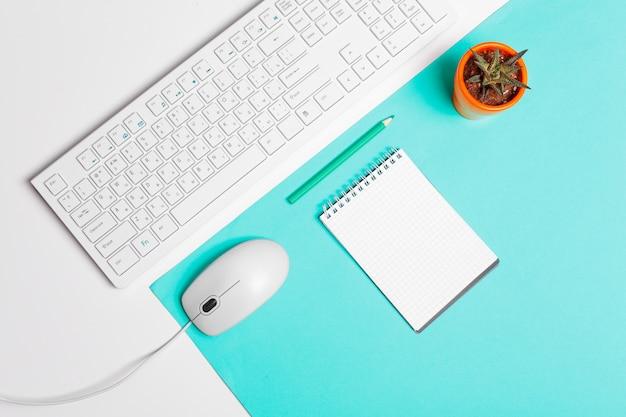 Teclado de computador e mouse, interior do escritório