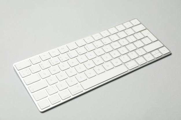 Teclado de computador moderno em fundo cinza, close-up