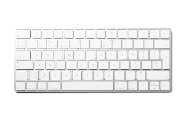Teclado de computador moderno isolado no fundo branco
