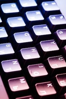 Teclado de computador preto close-up sob as luzes